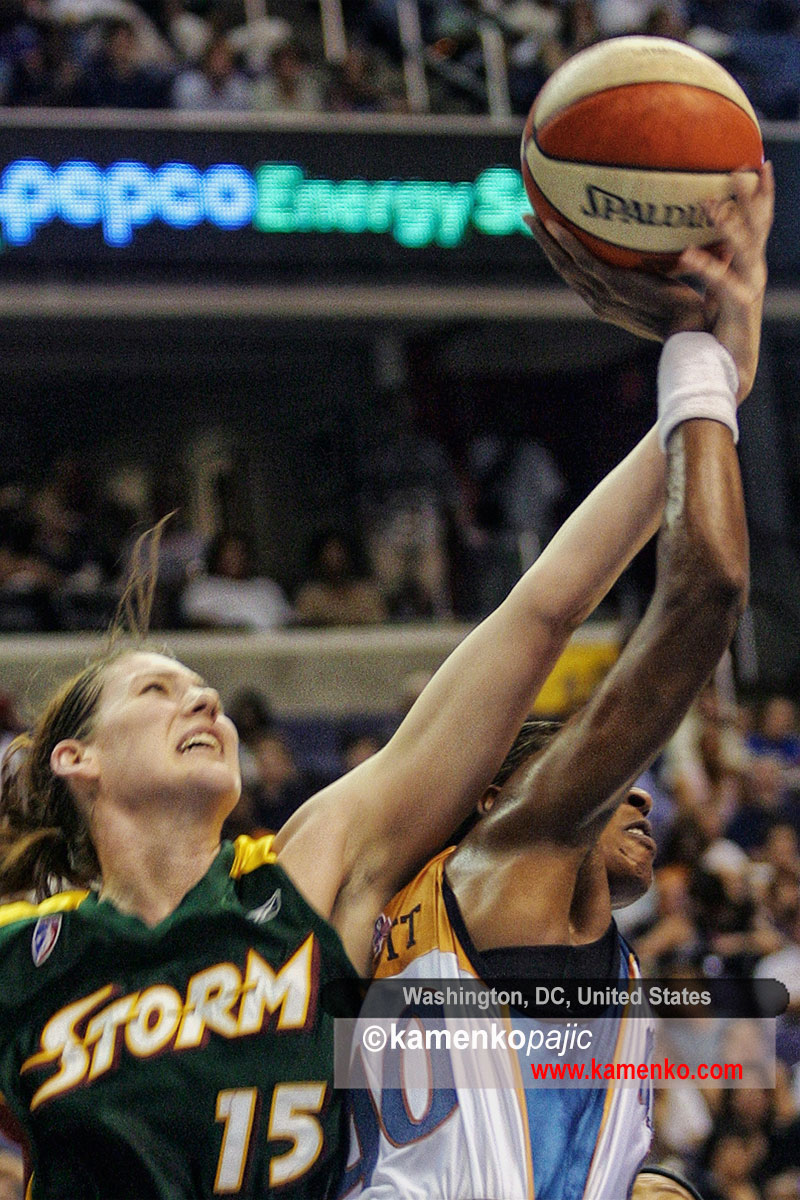 Lauren Jackson goes against Vicky Bullett