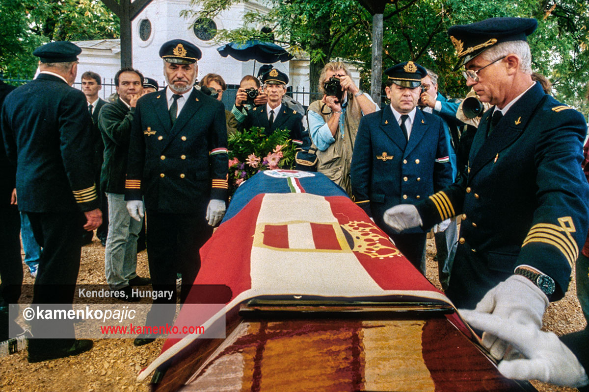 Re-enactors placing a flag on Miklo's Horthy coffin