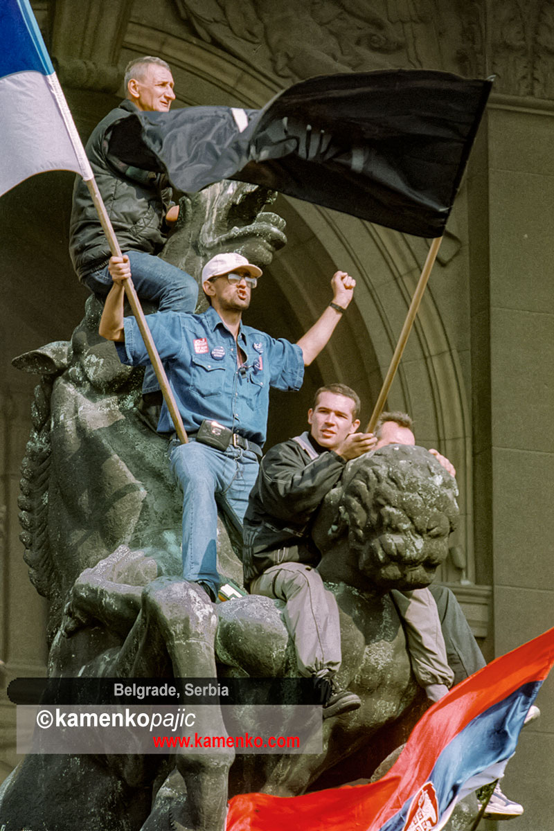 Protesters on top of iconic statu